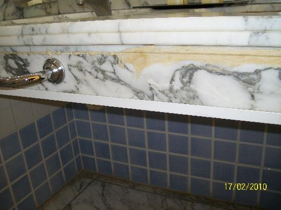BlueBay Beach Club: mould and mildew in bathroom
