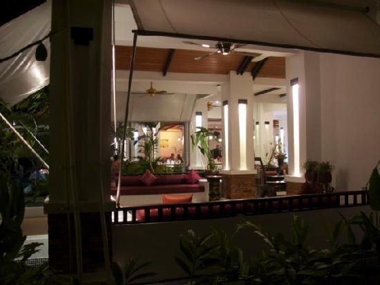 แอคเซส รีสอร์ท แอนด์ วิลล่า: Rear area of Reception at night