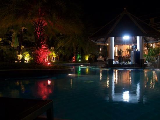 แอคเซส รีสอร์ท แอนด์ วิลล่า: Pool bar at night
