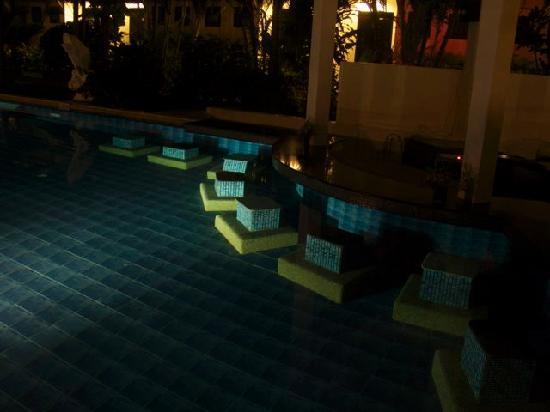 แอคเซส รีสอร์ท แอนด์ วิลล่า: Pool bar seating at night