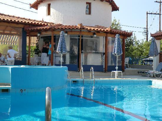 Votsalakia Hotel: breakfast by the pool