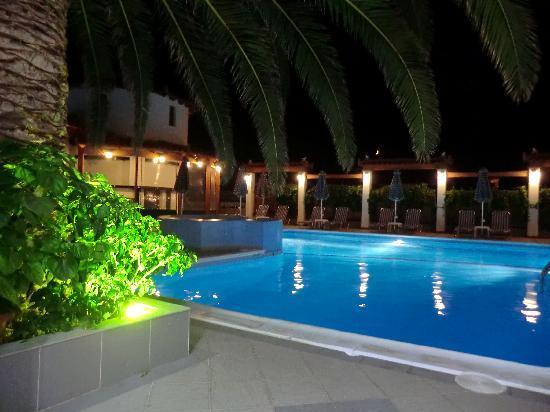 Votsalakia Hotel: pool at night