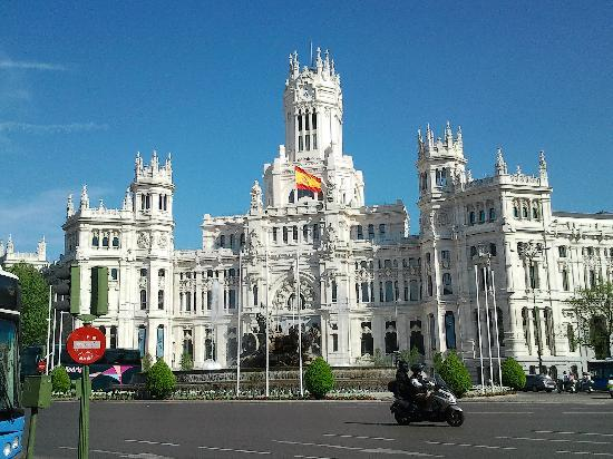 CentroCentro Cibeles: awesome white and madrilenian