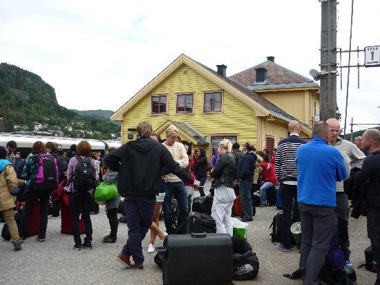 Fjord Tours: attesa alla stazione di AL