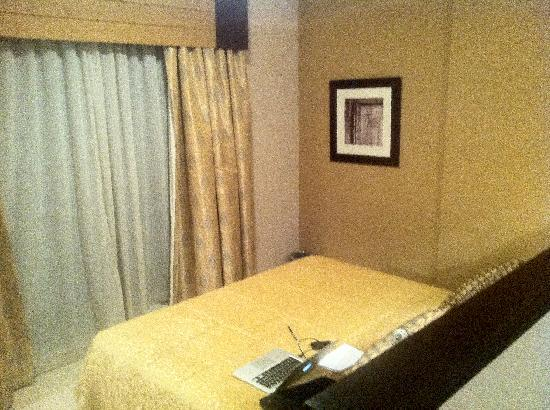 Golden Tulip Suites Dubai: Bed without TV (all the rooms are like that)