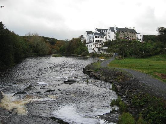 Falls Hotel & Spa: The hotel seen from a walk by the falls