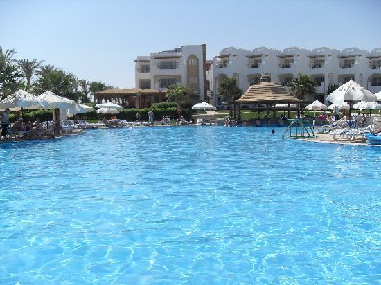 Tiran Island Hotel: Pool area