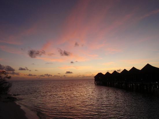 คุรีดุ ไอแลนด์ รีสอร์ท แอนด์ สปา: Sunset from jetty to end watervillas