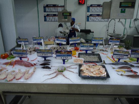San Juan Shopping Center: Fresh fish at the super market