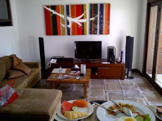 โรงแรมดาโนยา วิลล่า: tv in living room
