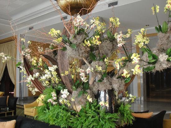 Four Seasons Hotel Ritz Lisbon: Composition florale entrée de l'hôtel
