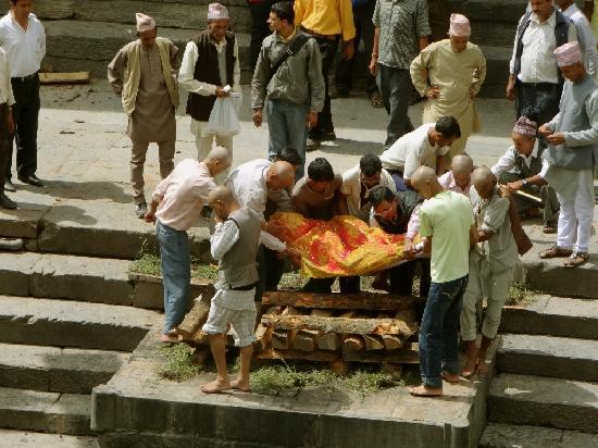 วัดปศุปฏินาถ: Söhne legen den Toten auf den Holzstoß