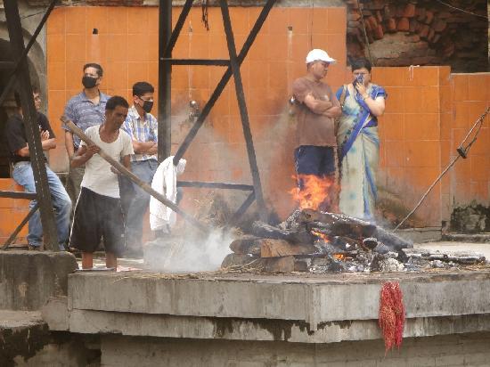 วัดปศุปฏินาถ: Die Verbrennung wird von einem Gehilfen kontrolliert