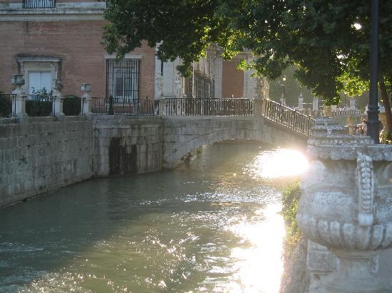 Royal Palace of Aranjuez: bonito puente con estatuas