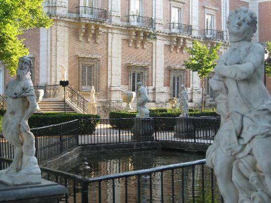 Royal Palace of Aranjuez: estatua y árboles, elegancia.