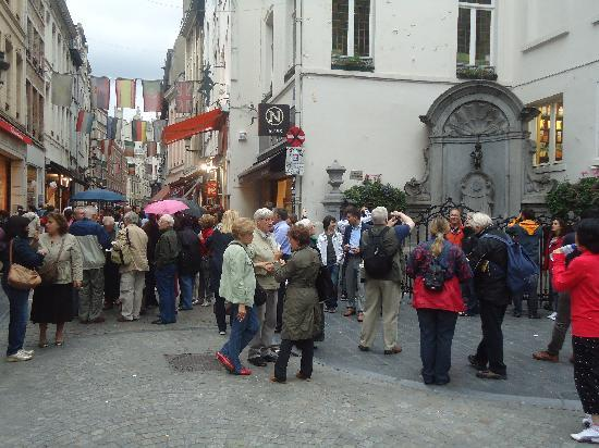Manneken Pis: Funny to see the people moan about the small guy