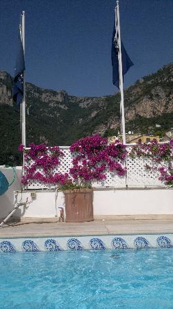Hotel Villa Franca: The pool - this doesn't do the mountains justice though - spectacular!