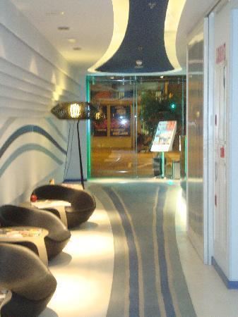 โรงแรมรูมเมท เอ็มมา: the reception area