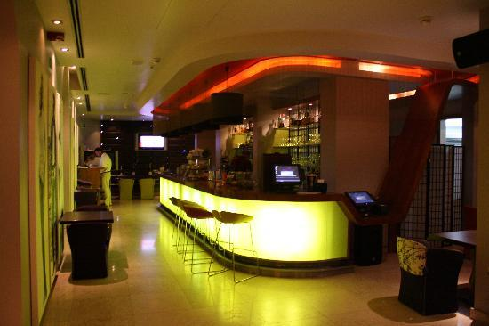 Riva Yacht Harbour Hotel: Hotel Bar