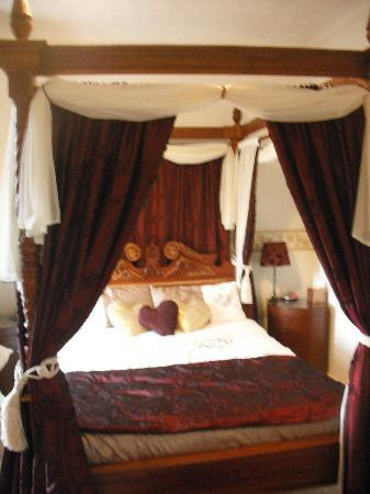 6 Caberfeidh: The four poster- so comfy!!