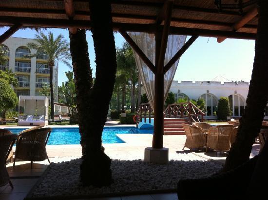เมเลีย มาร์เบลล่า บานุส โฮเต็ล: Pool aus der Lounge