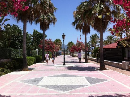 เมเลีย มาร์เบลล่า บานุส โฮเต็ล: Strandpromenade nach Puerto Banus