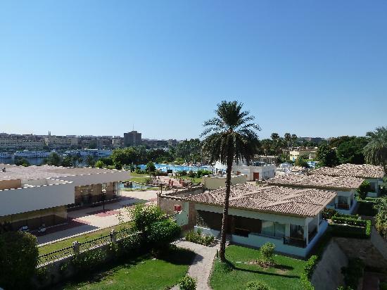 โมเวนพิค รีสอร์ท อัสวาน: vue sur la piscine et la corniche d'Assouan