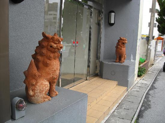 Hotel Livemax Naha Tomariko: 入口のシーサー