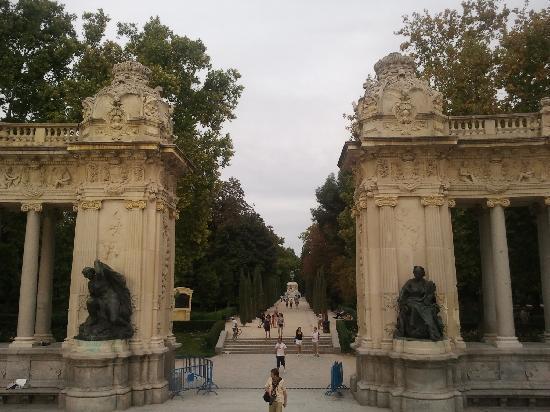 เรติโรปาร์ค: monument