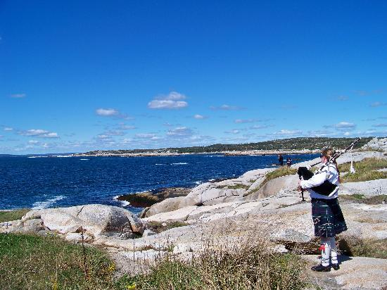 Peggy's Cove Lighthouse: Bagpiper at Peggy's Cove