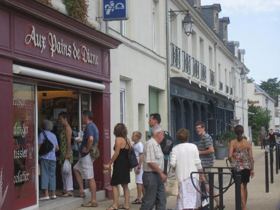 Hotel La Marine de Loire : bakery a few doors down