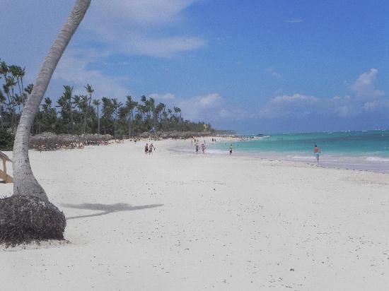 Iberostar Grand Hotel Bavaro: looking down the beach from in front of resort