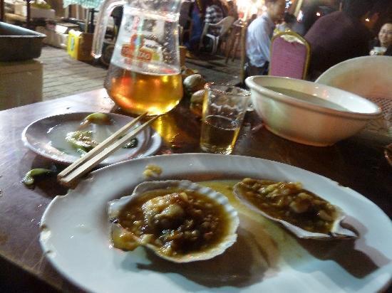 Dalian Zhongshan Square: Restaurant in der Seitengasse
