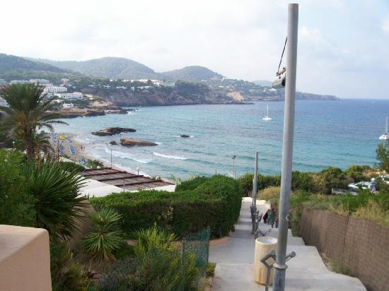Hotel Playasol Cala Tarida: Walk down to beach