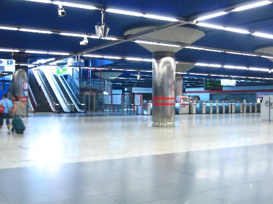 มาดริด, สเปน: metro underground, subway, modern and clean