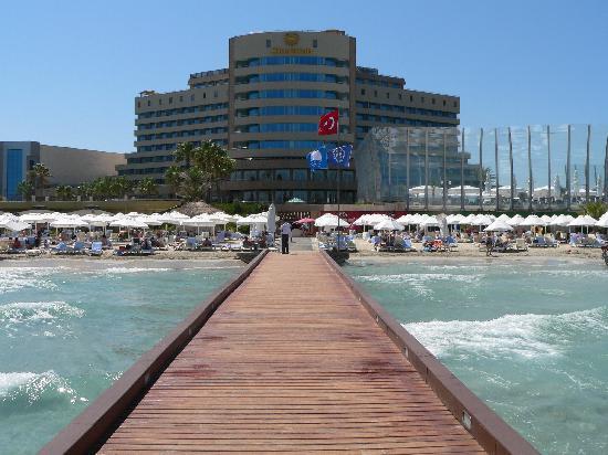 Sheraton Cesme Hotel Resort & Spa: l'hotel visto dal molo