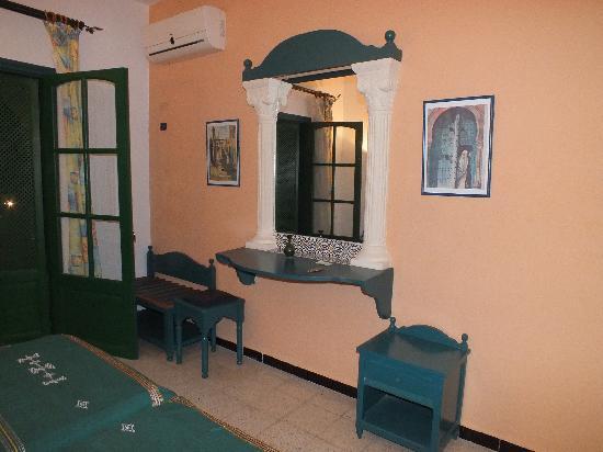 Hotel les Jasmins: console dans la chambre