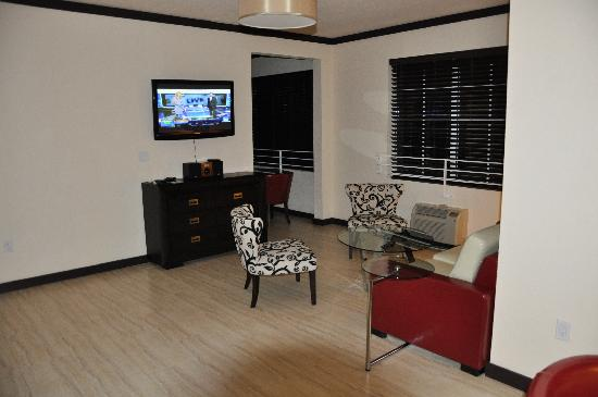 Tradewinds Apartment Hotel: Salon
