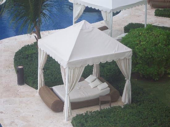 Iberostar Grand Bavaro: beds by the pool