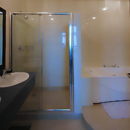 Amara Suites: Modern Shower + Jacuzzi