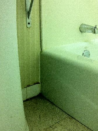 Howard Johnson Bronx Near Stadium: dirty bathroom floors