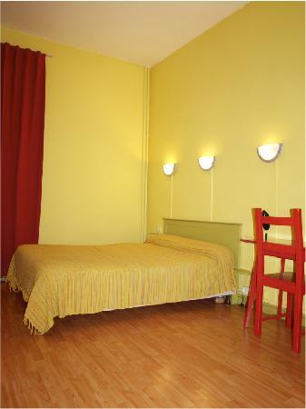 Hotel Francais: Chambre Confort - Salle de bain, WC et TV
