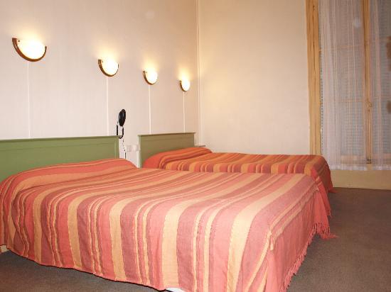 Hotel Francais: Chambre Famiale - Salle de bain, WC et TV