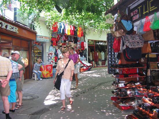 Hotel Comca Manzara: centre avec les boutiques