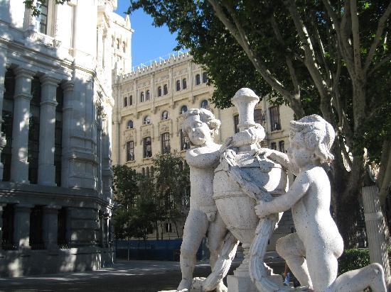 มาดริด, สเปน: little statue close to the army headquarter