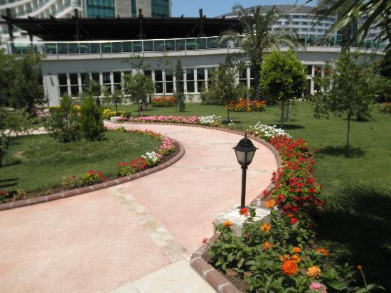 Sherwood Breezes Resort: Lovely well kept garden