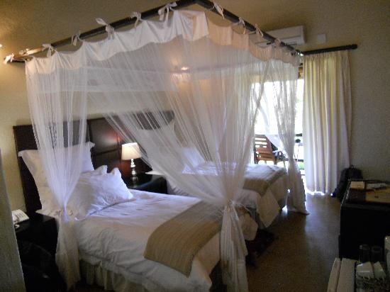 Shiduli Private Game Lodge: lovely twin-bedded room with small balcony