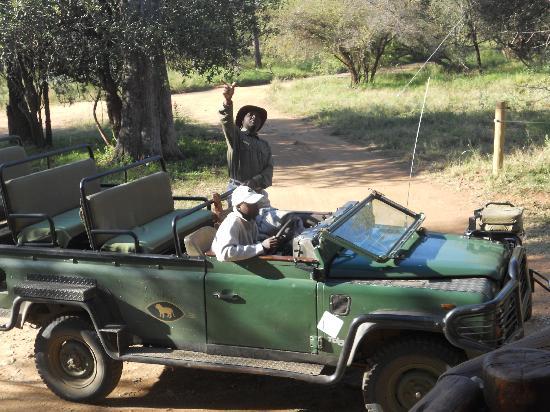 ชิดูลิ ไพรเวท เกมส์ ลอดจ์: The jeep, the tracker (at the wheel) and the ranger