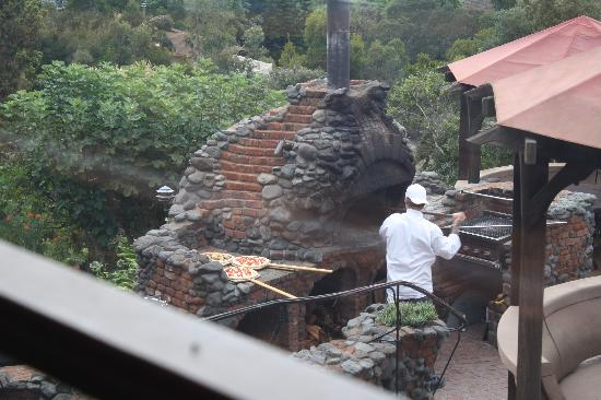Kula Lodge: Pizza going in the oven