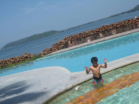 กัวมาริออทรีสอร์ทแอนด์สปา: POOL & SEA VIEWS